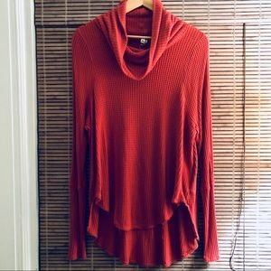 FREE PEOPLE Slouchy turtleneck in red-orange